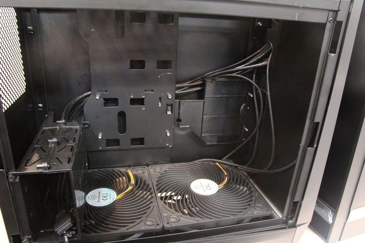 Silverstone Raven RV05: Das Mainboard wird um 90 °C verdreht mit den Slots nach oben eingebaut und unterstützt nur Slot-In-Laufwerke.