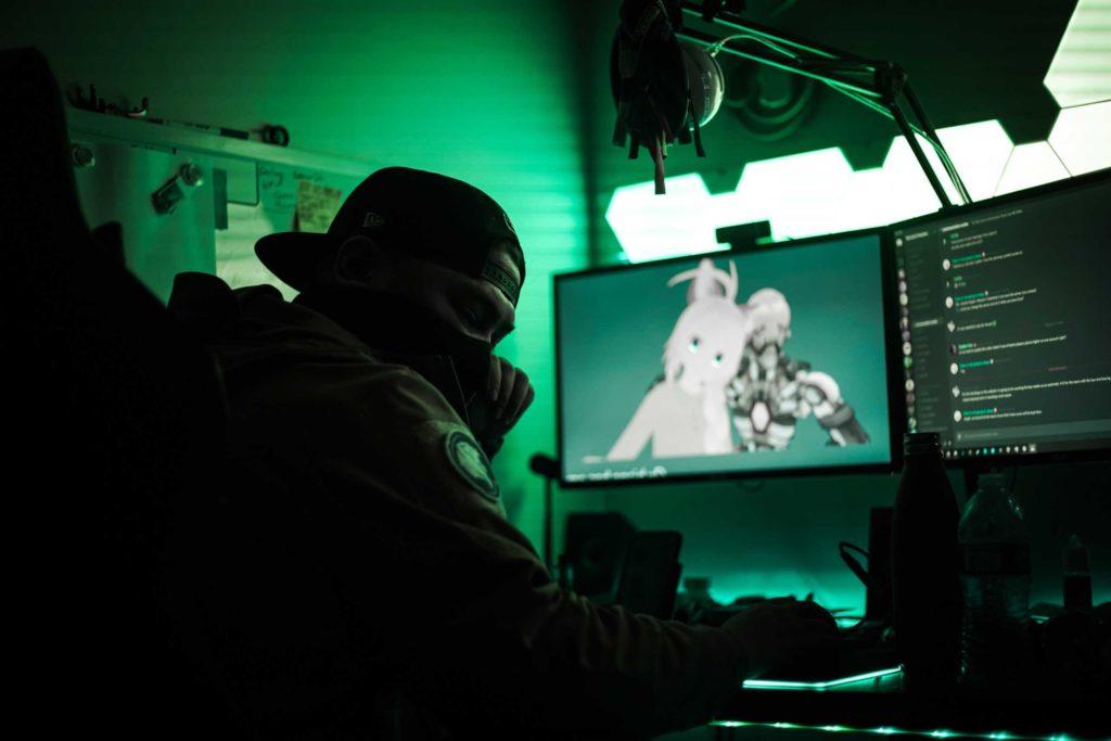 Gamer mit Maske und Cap